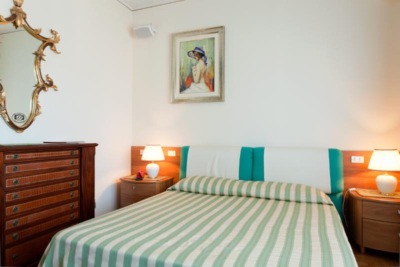 Main Bedroom with private bat (2 pax)