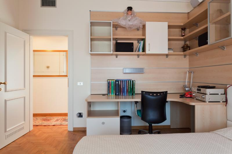 Large Bedroom double bed with desk (2 pax)