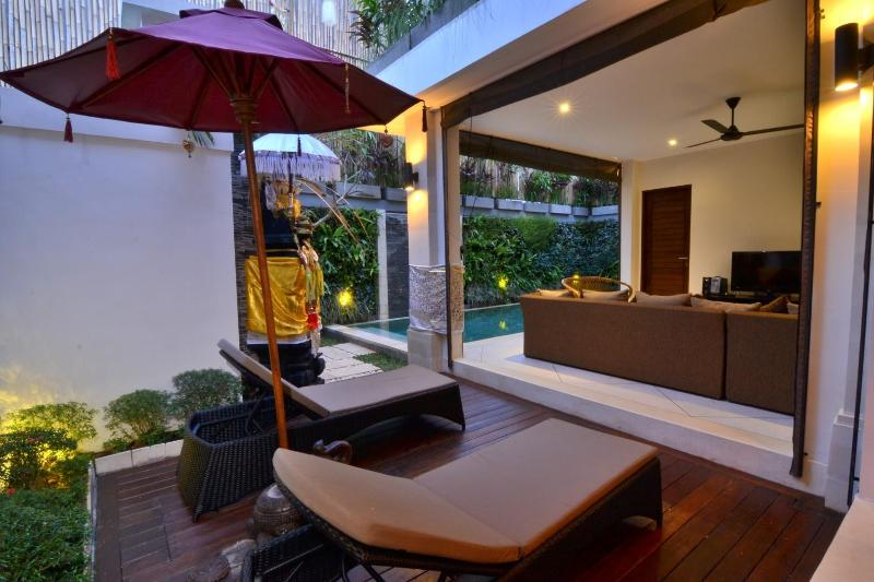 2 PRIVATE POOLS - 5 BEDROOMS - LUXURY IN SEMINYAK, holiday rental in Kuta District