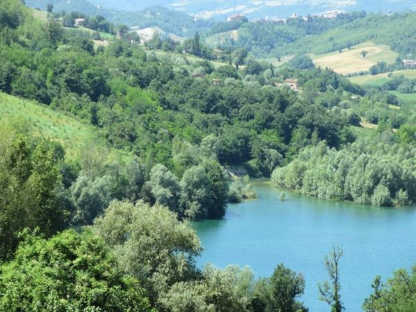 A beautiful house by the lake, holiday rental in Montefortino