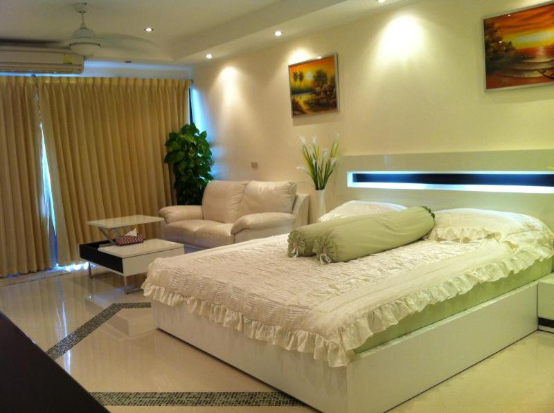Jomtien Beach Studio for Rent ***VIP Airport Pick Up***, holiday rental in Pattaya