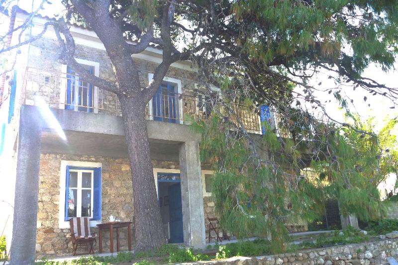 Stonehouse near the sea in Pelopones (Wi-Fi), casa vacanza a Xylokastro