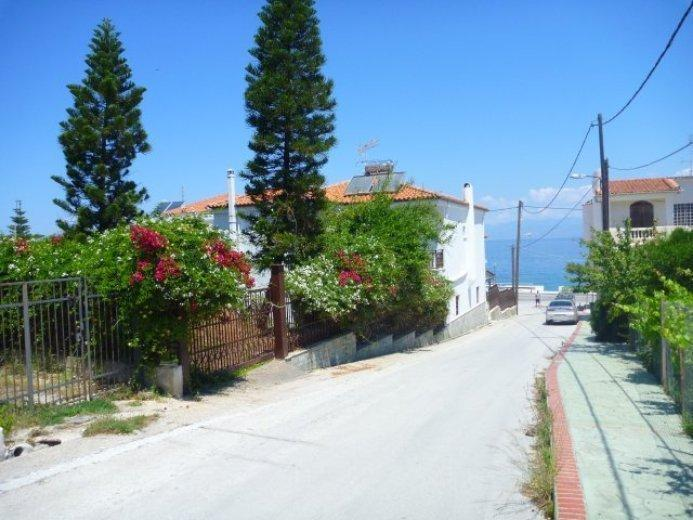 Main entrance and street to the sea