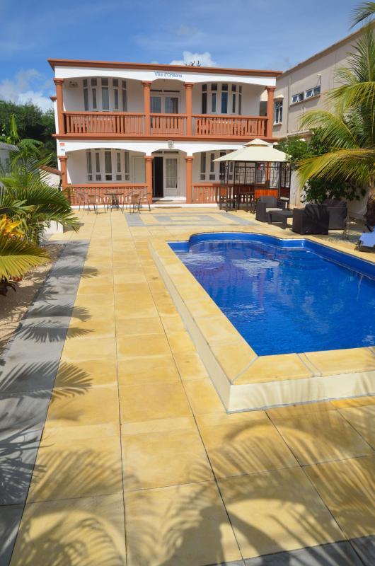 Vista da casa e piscina da entrada
