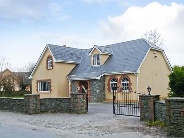 FERNWOOD, en-suites, enclosed garden, open fire, near Killarney, Ref 23404, holiday rental in Kilcummin