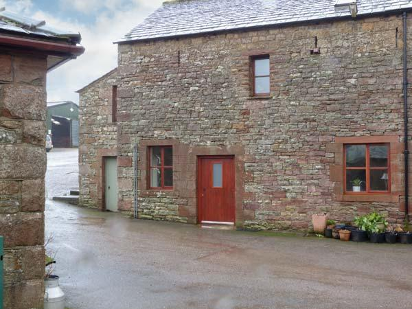 BARN END, barn conversion, with woodburning stove and roll-top bath, close to, holiday rental in Askham