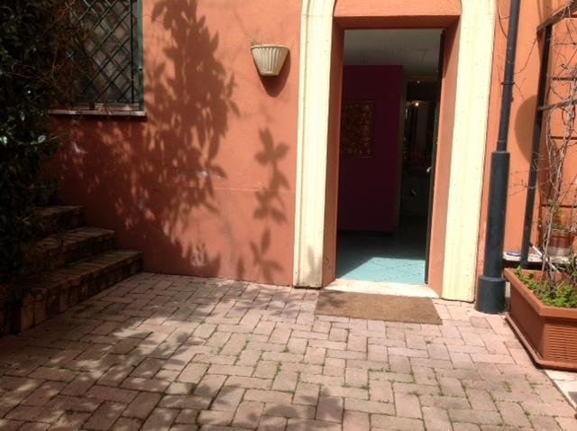 la porta d'entrata dal giardino