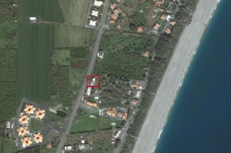 situado en la carretera paralela a la primera línea de playa