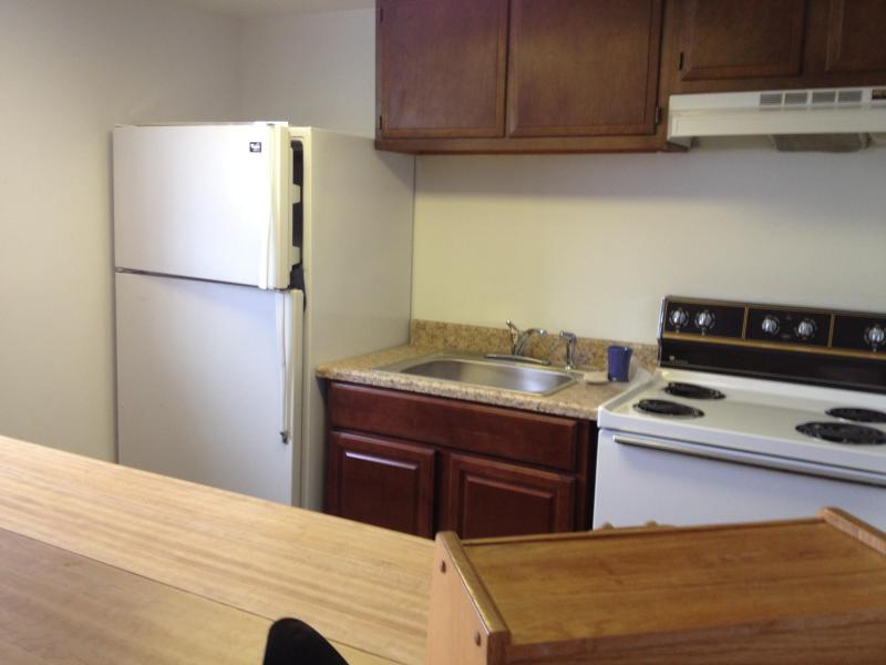 Le coin cuisine : réfrigérateur pleine grandeur, cuisinière/four, vaisselle, chaudrons et casseroles, cuisson huile, four micro-ondes, grille-pain et bouilloire, thé et café fourni.
