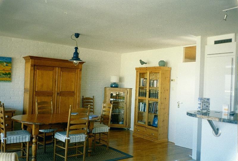 sala de jantar com armários e biblioteca