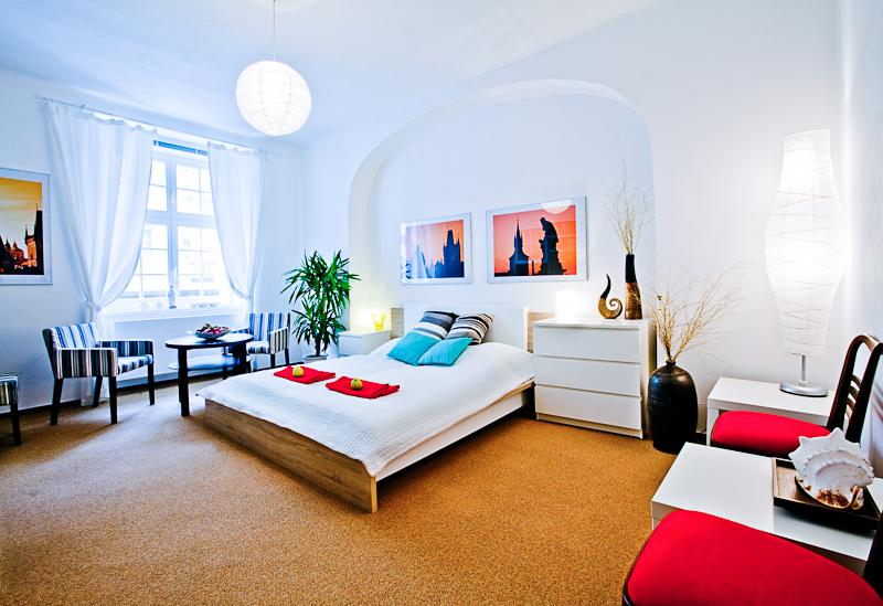 Bedroom with double bed, MacBook, TV and Internet