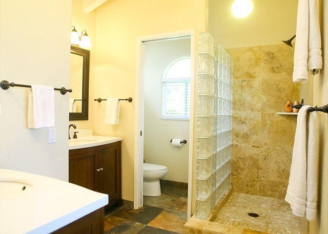 Bagno principale con bella cabina doccia piastrellata