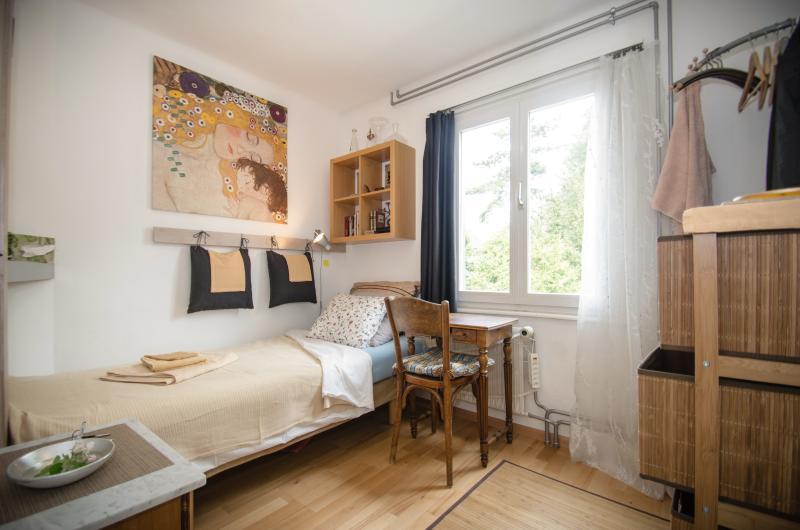 Abbey Einzelzimmer mit Blick in den Klostergarten 2 Min. BHf /10 Min. bis Basel, vacation rental in Wangenried