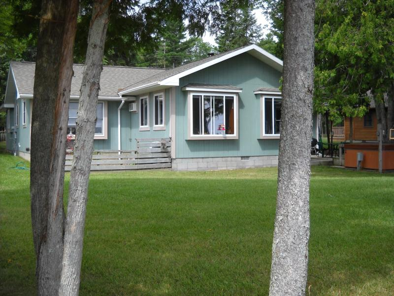 Bear Cottage.....Return to your childhood vacation, location de vacances à Alpena
