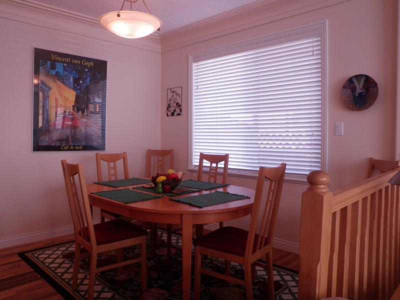 Dining room with expandble table seatting for 6