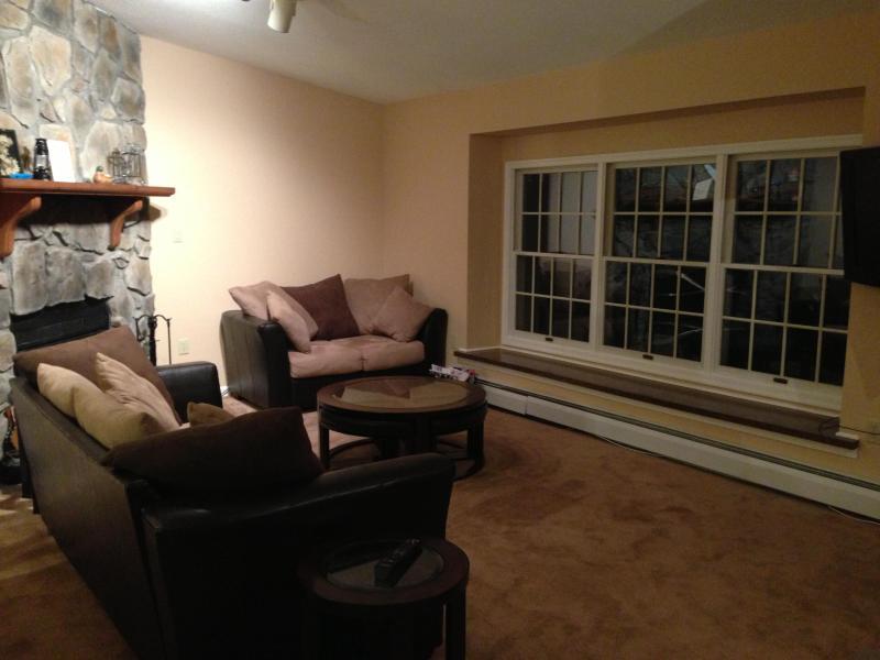 Sala de estar com excelente vista, assento wondow e TV