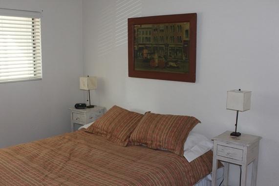 queen size bedroom3