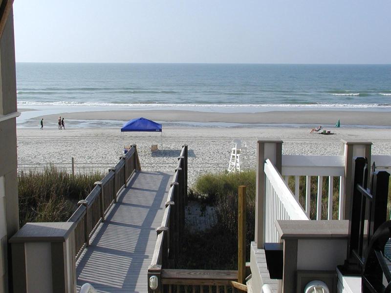 Marcher la route de la plage de la cabane aux pieds nus.