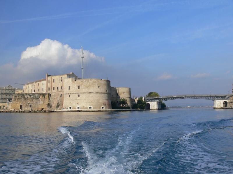 Castillo Taranto y puente giratorio, a poca distancia