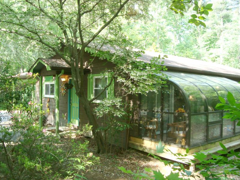 STONEY CREEK cabine: Privé/2 houten hectare in de stad / 3BR/2BA/veranda/Hot Tub/Gas open haard/Kid Friendly