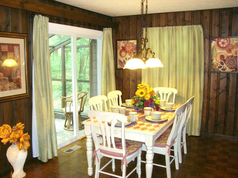 Alegre comedor w/pintado a mano mesa & sillas; abierto a sala & cocina; puertas al solarium
