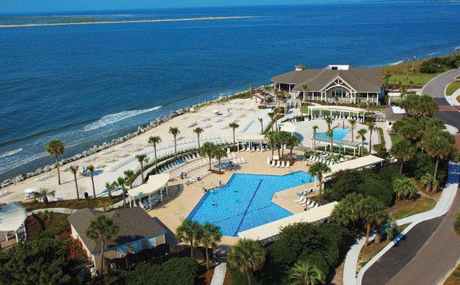 Profitez du soleil ou dîner à l'ombre avec un accès gratuit au Beach Club et piscines!