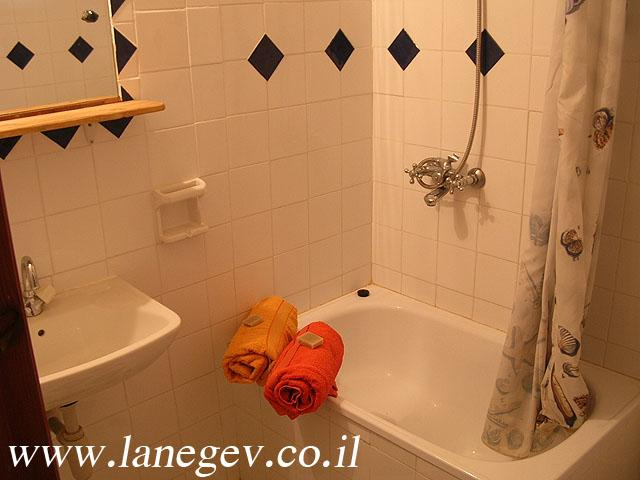 Bathroom of the 2 bedroom guest houses with equipped kitchen sleeps up to 7 people