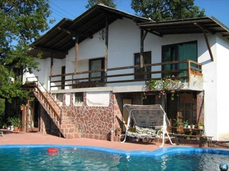 Beautiful Villa With Pool in Quiet Mountain Resort, location de vacances à Vrabtsite