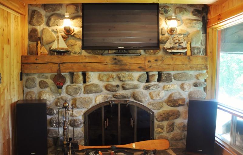 El fuego ardiente de madera lugar + TV de pantalla plana de 42'
