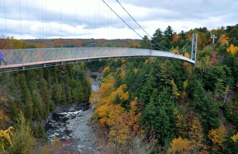 Puente peatonal colgante Coaticook barranco.
