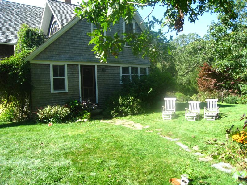 4 Bedroom on 5 Acres of Woodlands with Fresh Eggs and Chickens, alquiler de vacaciones en Aquinnah