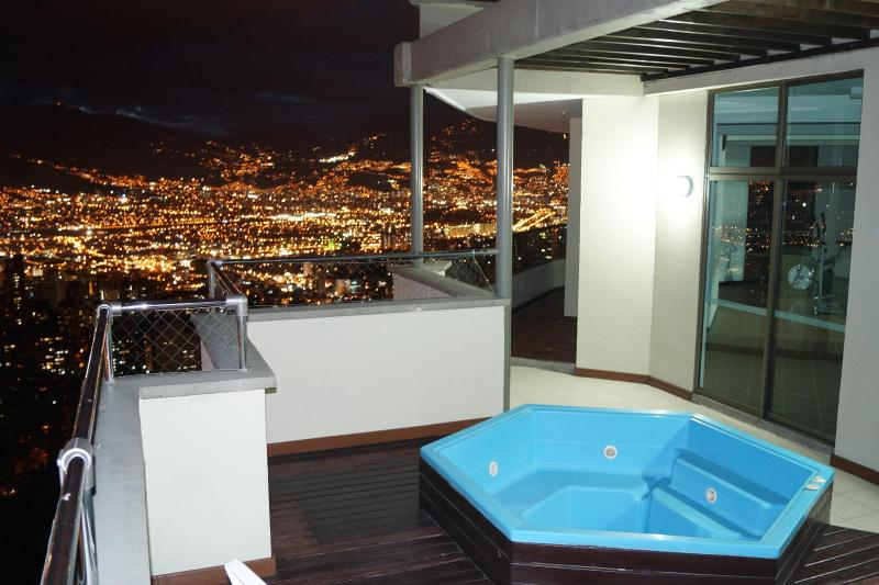 Hot Tub only 2 floors up. This is the common area. Quiet and romantic