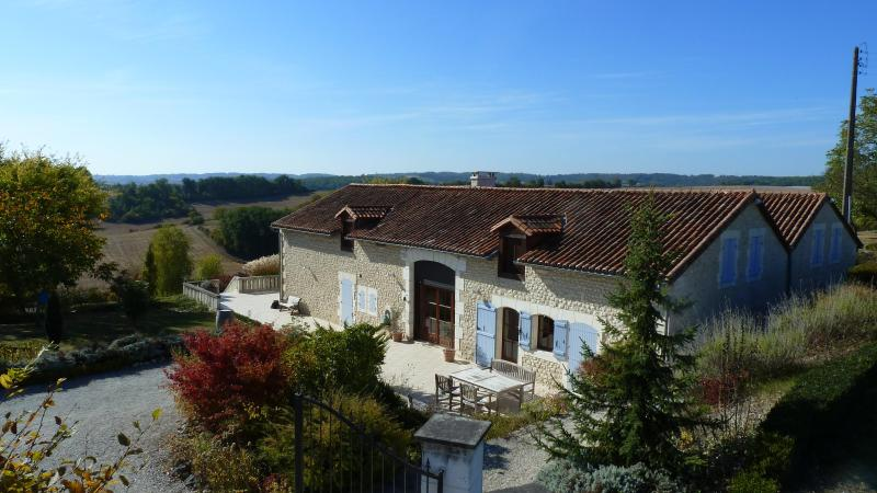 Rural villa with private pool, secluded for your perfect holiday getaway, holiday rental in Champagne-et-Fontaine