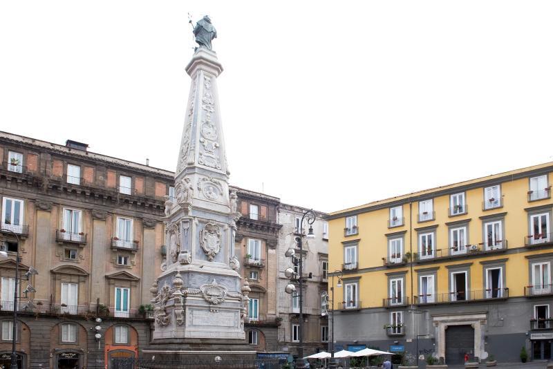 DOMUS DECUMANA in the heart of historic center, aluguéis de temporada em Nápoles