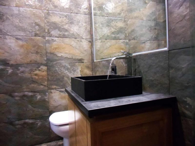 mueble-diseño japonés, lavabo superficie de piedra, grifo de la cascada