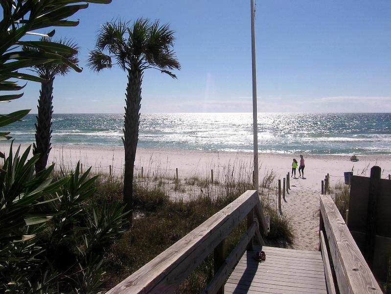 BEST DEAL IN TOWN. 3 MINUTES WALK TO THE BEACH.  WIFI, CABLE, holiday rental in Panama City Beach
