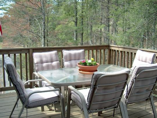 Open deck w/patio set & gas grill