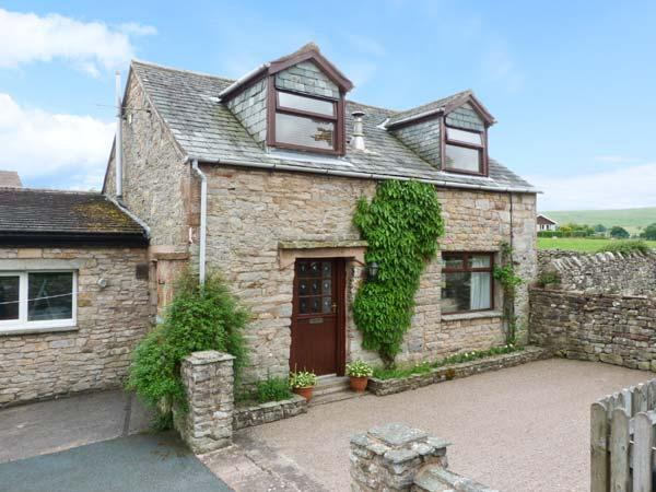 MEWS COTTAGE, cosy cottage with open fire, walled garden, close Ullswater in, holiday rental in Askham