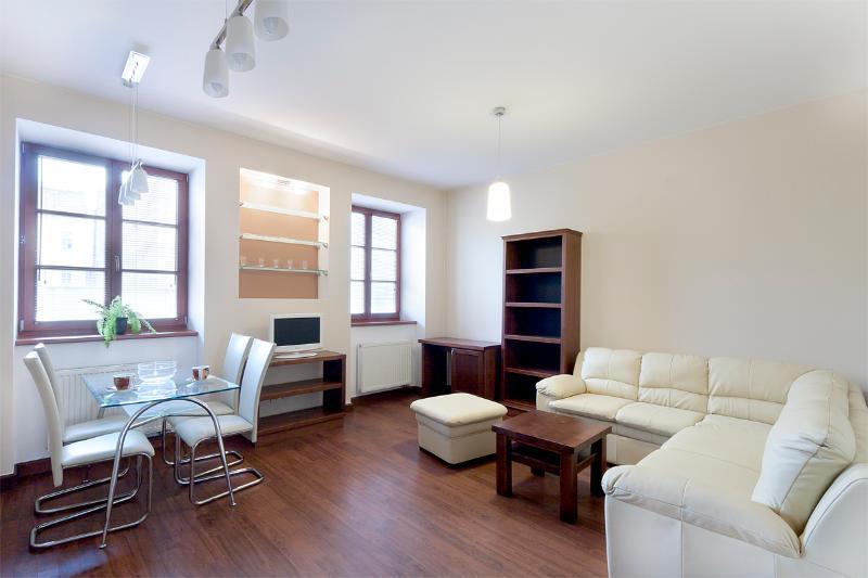 Le coin salon et cuisine. Ventilateur disponible.