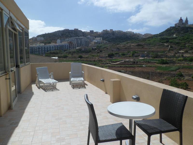 terrasse ensoleillée donnant sur le village de mellieha wth campagne unique vue de dessus