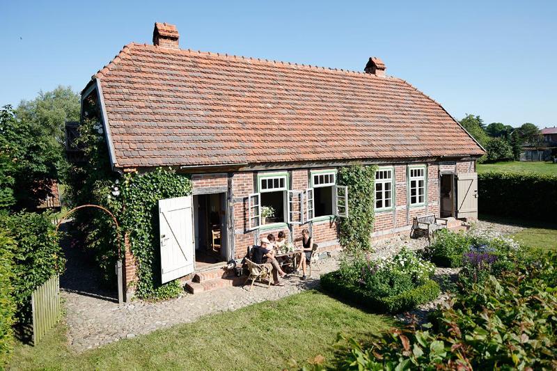 Cosy little Cottage with large Garden near the Schalsee (Unesco saved heritage region), aluguéis de temporada em Ratzeburg