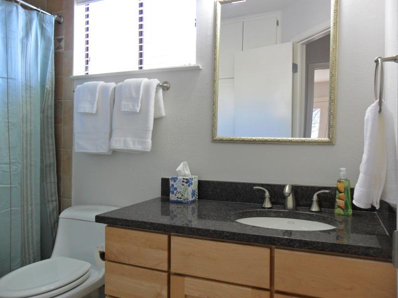 Full  Bath in between both bedrooms
