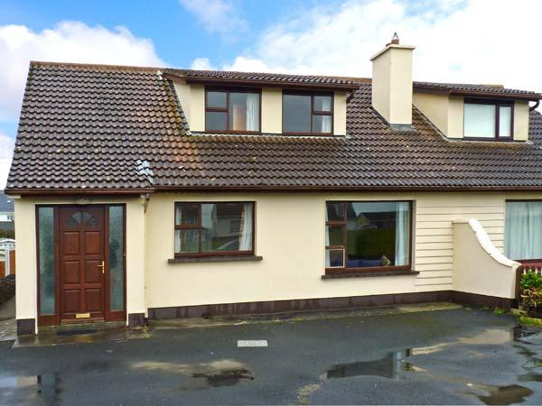 SEA PARK COTTAGE, pet-friendly, solid fuel stove, seaside cottage, in Lahinch – semesterbostad i Spanish Point