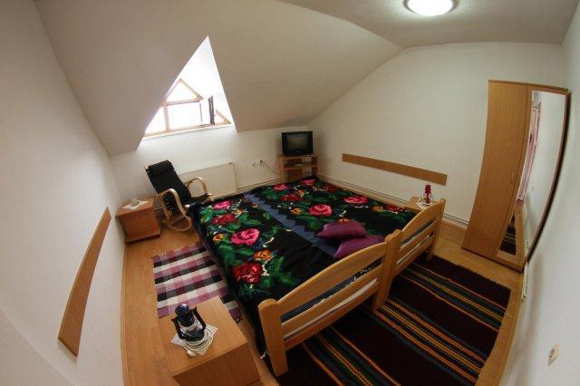 dubbel bed met antieke geweven tapijten