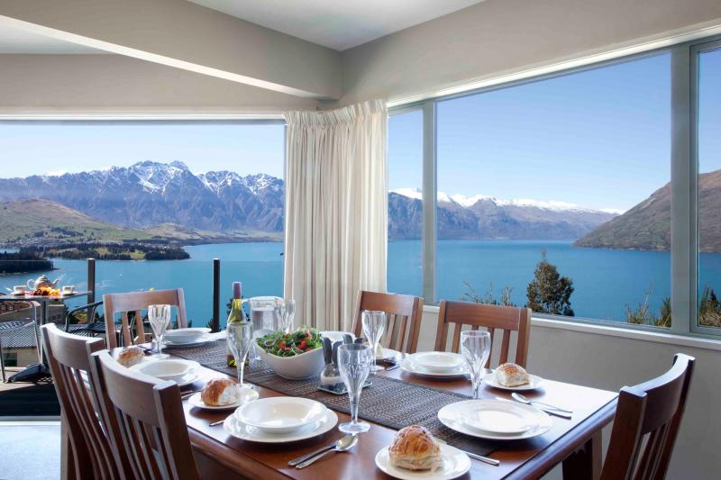 ALPINE VISTA , 3 LEVEL HOME WITH MAGNIFICENT VIEWS, holiday rental in Queenstown