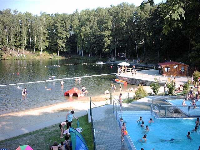 O lago e a natação como visto do jardim