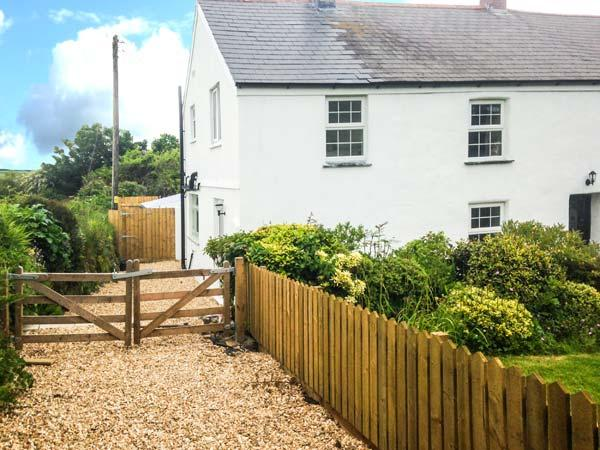 APPLEDORE COTTAGE, woodburner, pets welcome, off road parking, en-suite, pretty, holiday rental in Blackwater
