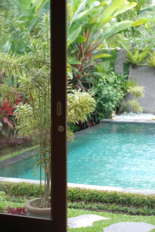 Vistas a la piscina desde dentro de su habitación