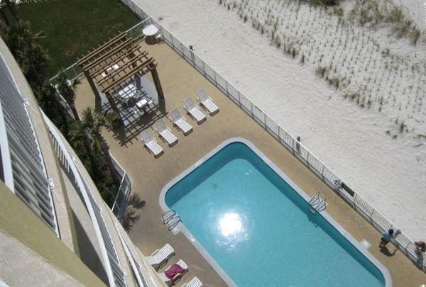 Vue aérienne de la piscine et de la plage