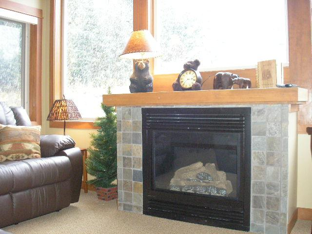 Living room fireplace (gas) - a perfect place to relax after a day on the mountain!
